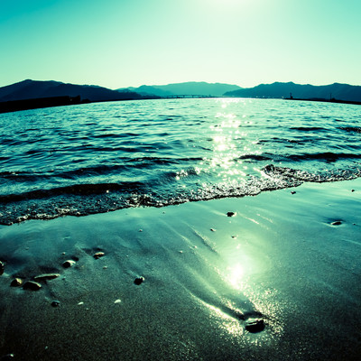 「波打ち気際と日の光」の写真素材