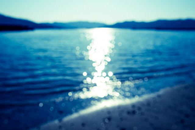 光り輝く海(ボケ)の写真