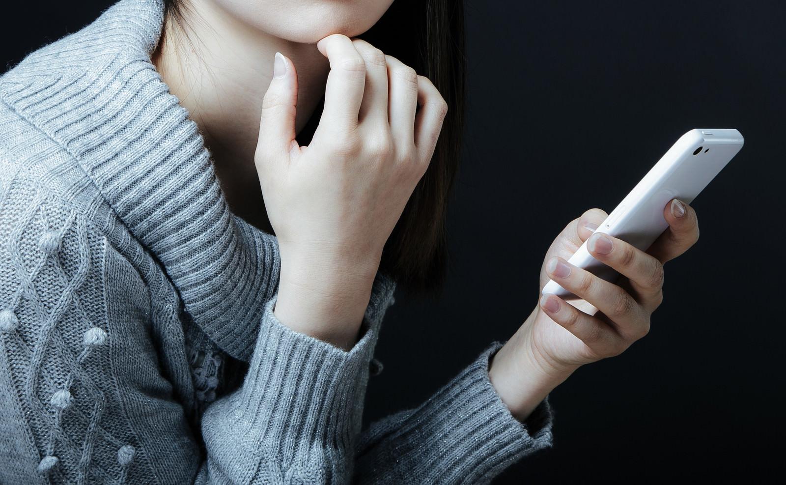 スマートフォンをチェックする女性