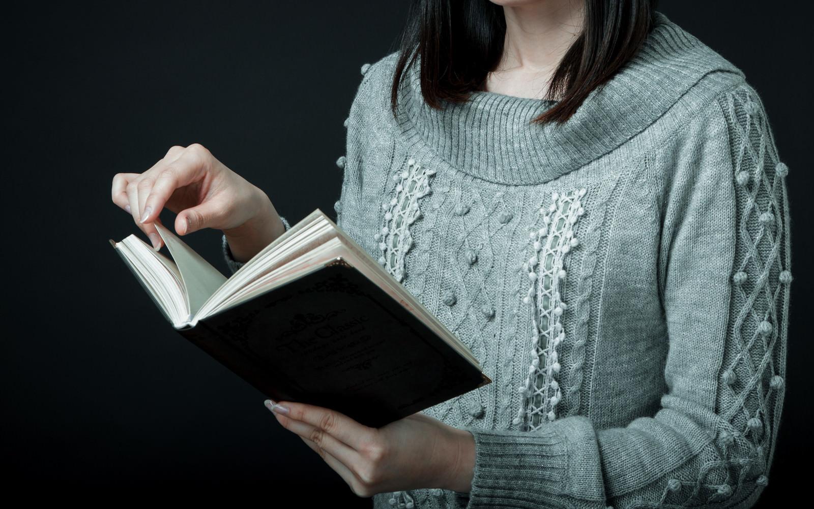 「洋書をめくる女性」の写真