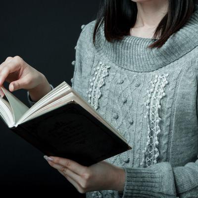洋書をめくる女性の写真