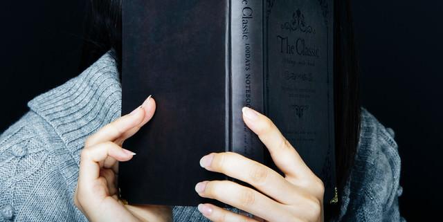 洋書を手に取る女性