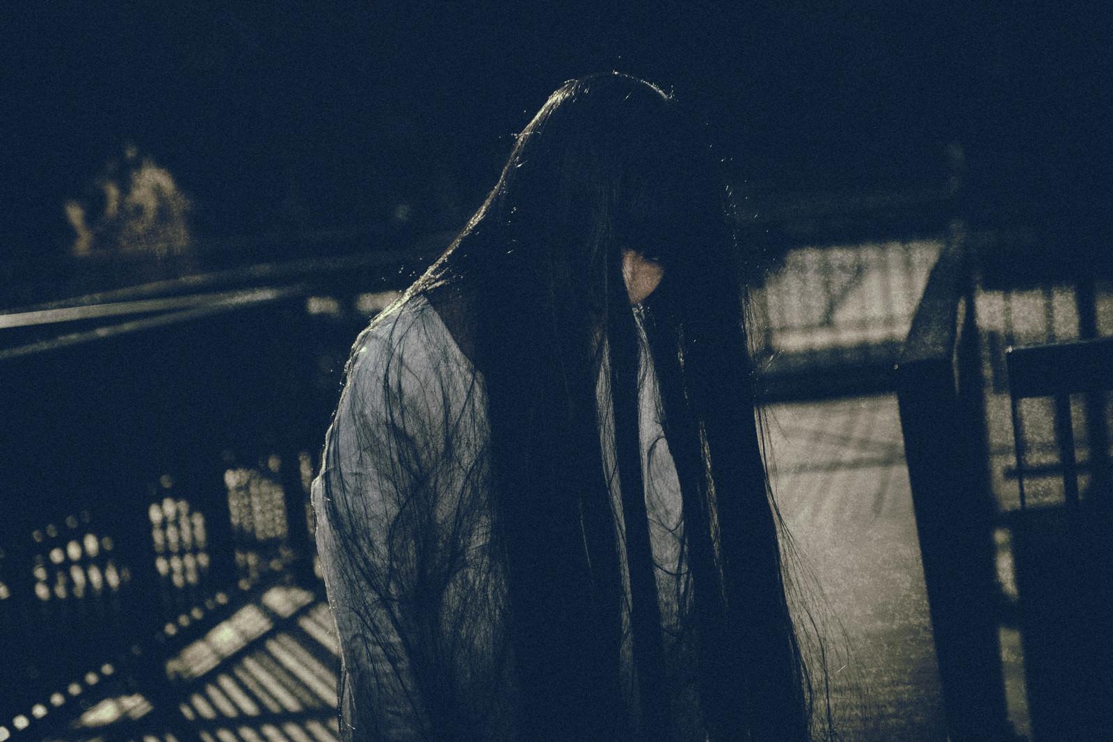 「伸び切った髪が不気味な白装束の女性」の写真[モデル:緋真煉]