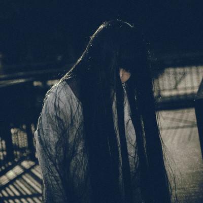 「伸び切った髪が不気味な白装束の女性」の写真素材