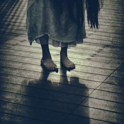 不気味な裸足の女性の写真