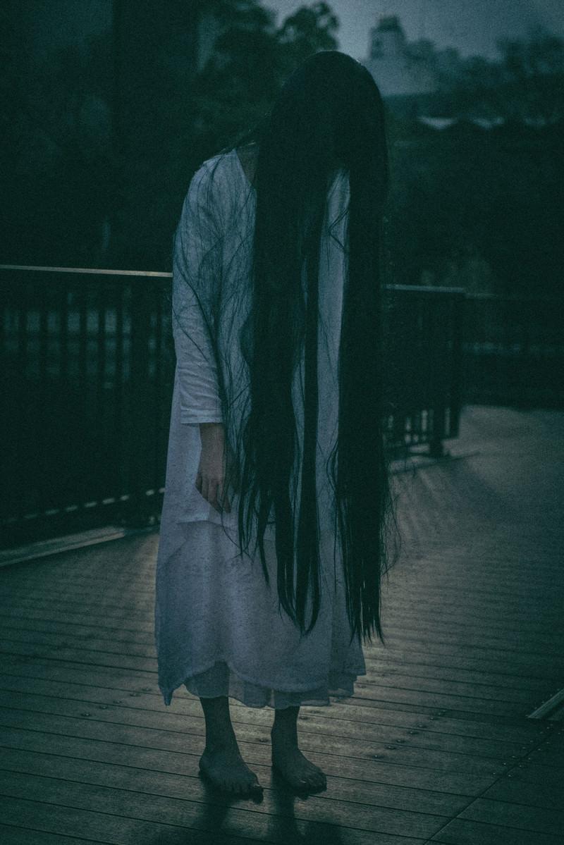 「仄暗い闇に佇む女性 | 写真の無料素材・フリー素材 - ぱくたそ」の写真[モデル:緋真煉]