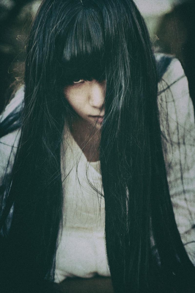 「睨みつける貞子もどき」の写真[モデル:緋真煉]