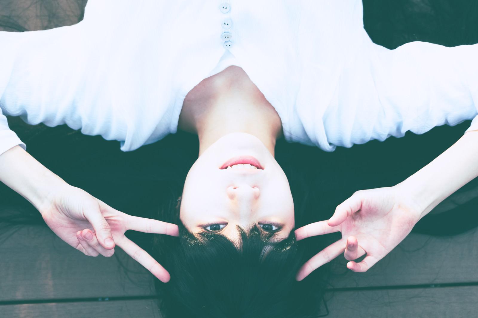 「いえーい(ダブルピース)」の写真[モデル:緋真煉]