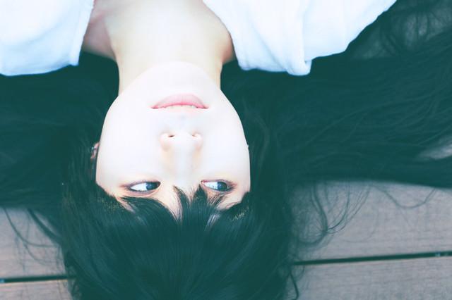 寂しげな表情の女性の写真
