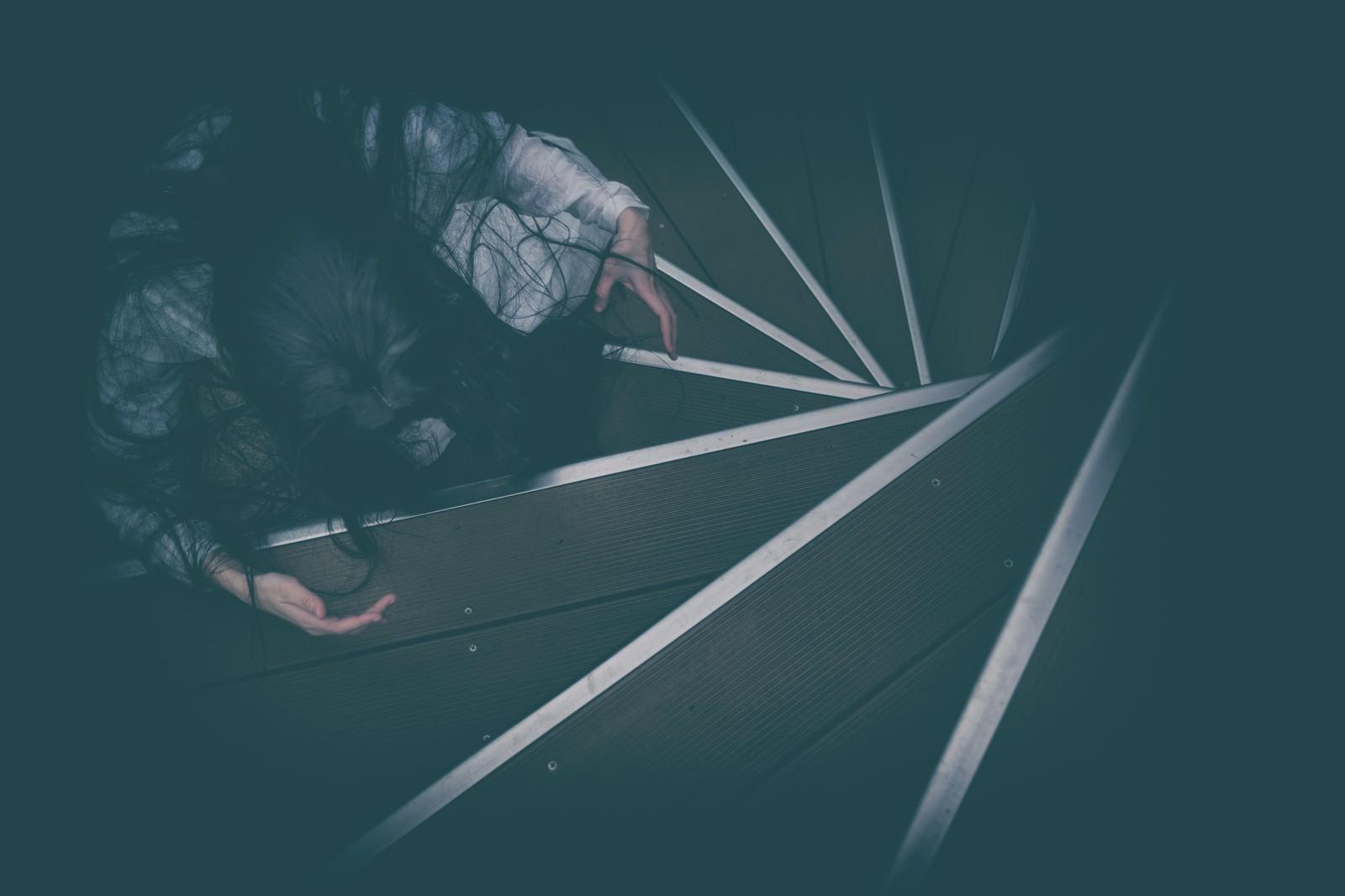 「螺旋階段で待機する怖がらせ役」の写真[モデル:緋真煉]