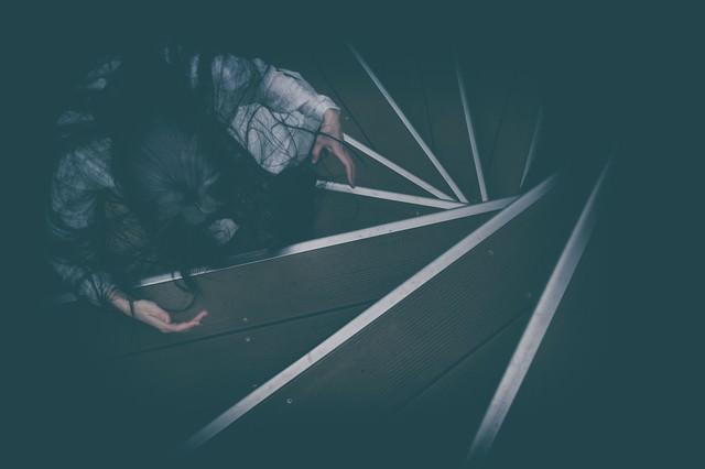 螺旋階段で待機する怖がらせ役の写真