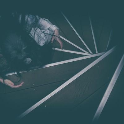 「螺旋階段で待機する怖がらせ役」の写真素材