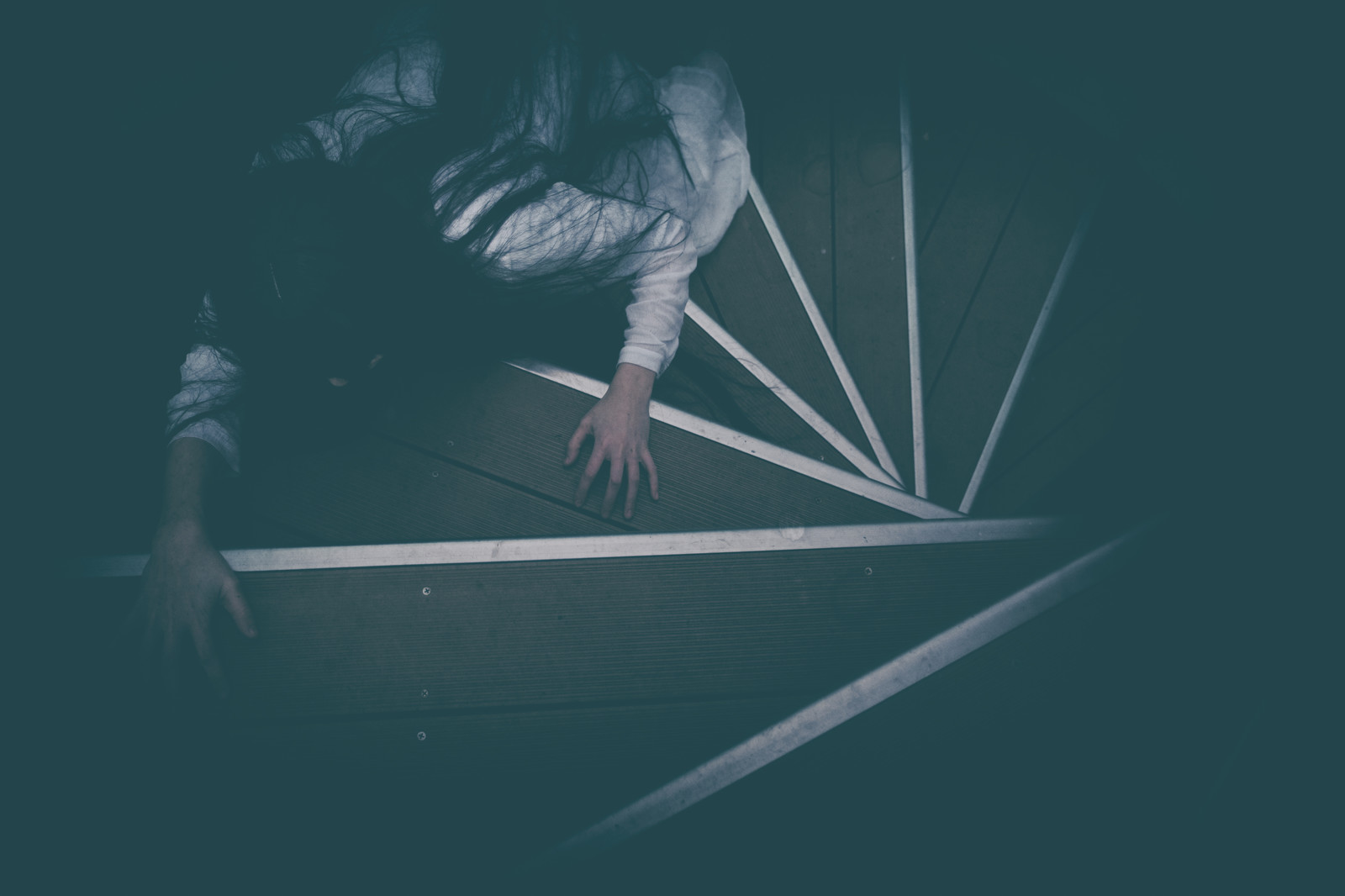 「階段を這う追跡者」の写真[モデル:緋真煉]
