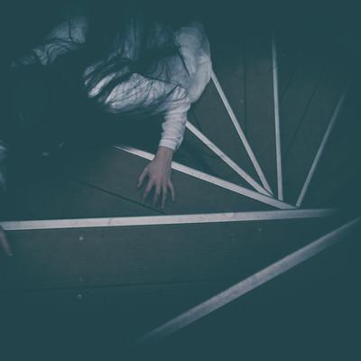 「階段を這う追跡者」の写真素材
