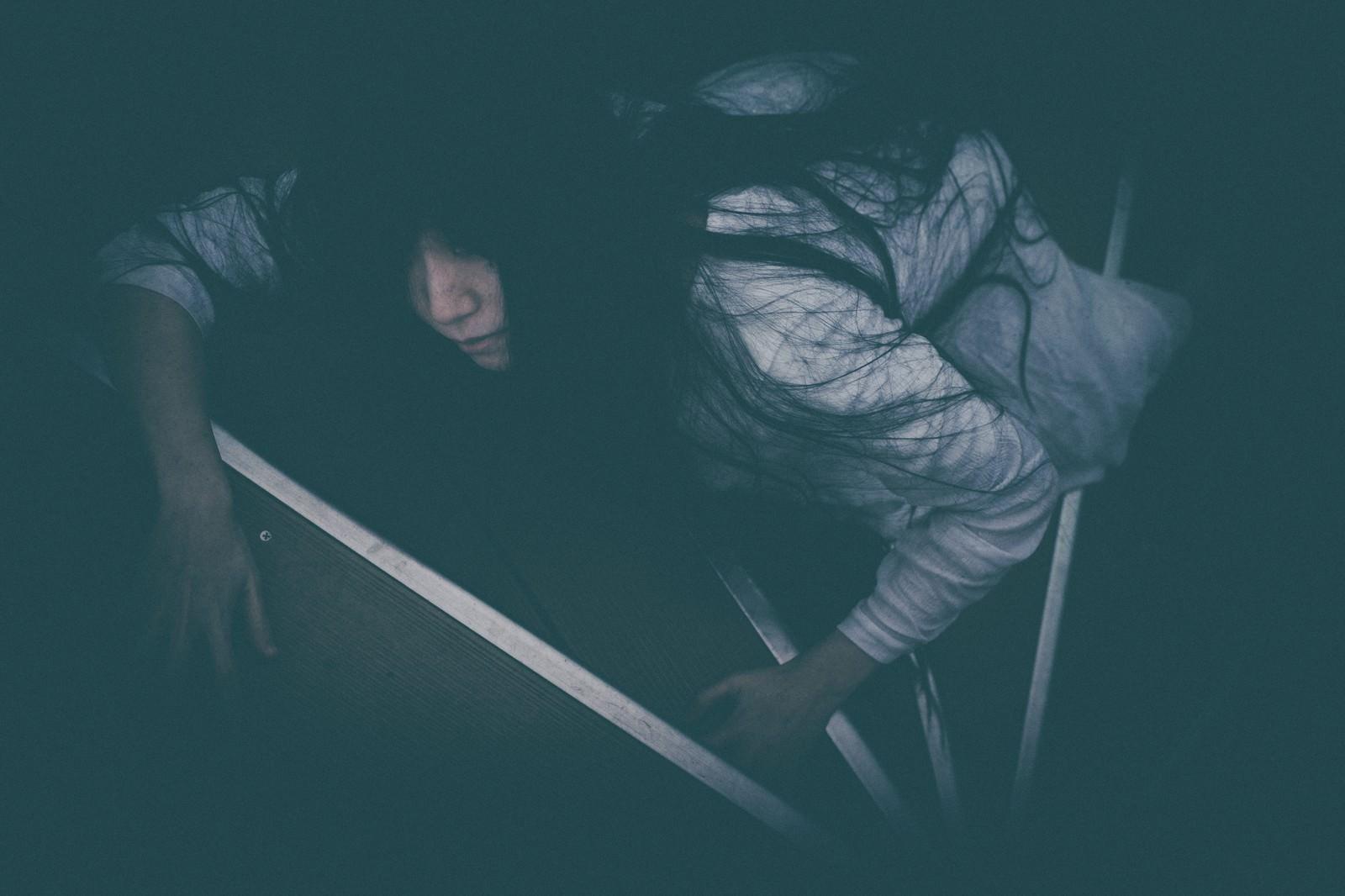 「階段途中で熱中症により倒れた女性」の写真[モデル:緋真煉]