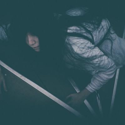 「階段途中で熱中症により倒れた女性」の写真素材