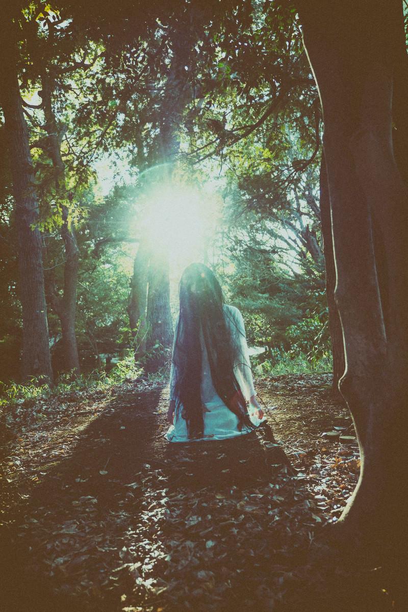 「森の中で首をもたげる女性」の写真[モデル:緋真煉]