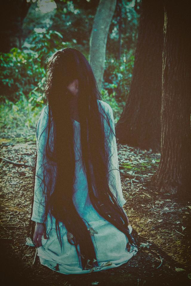 森の奥深くで出会った女性の音量の写真