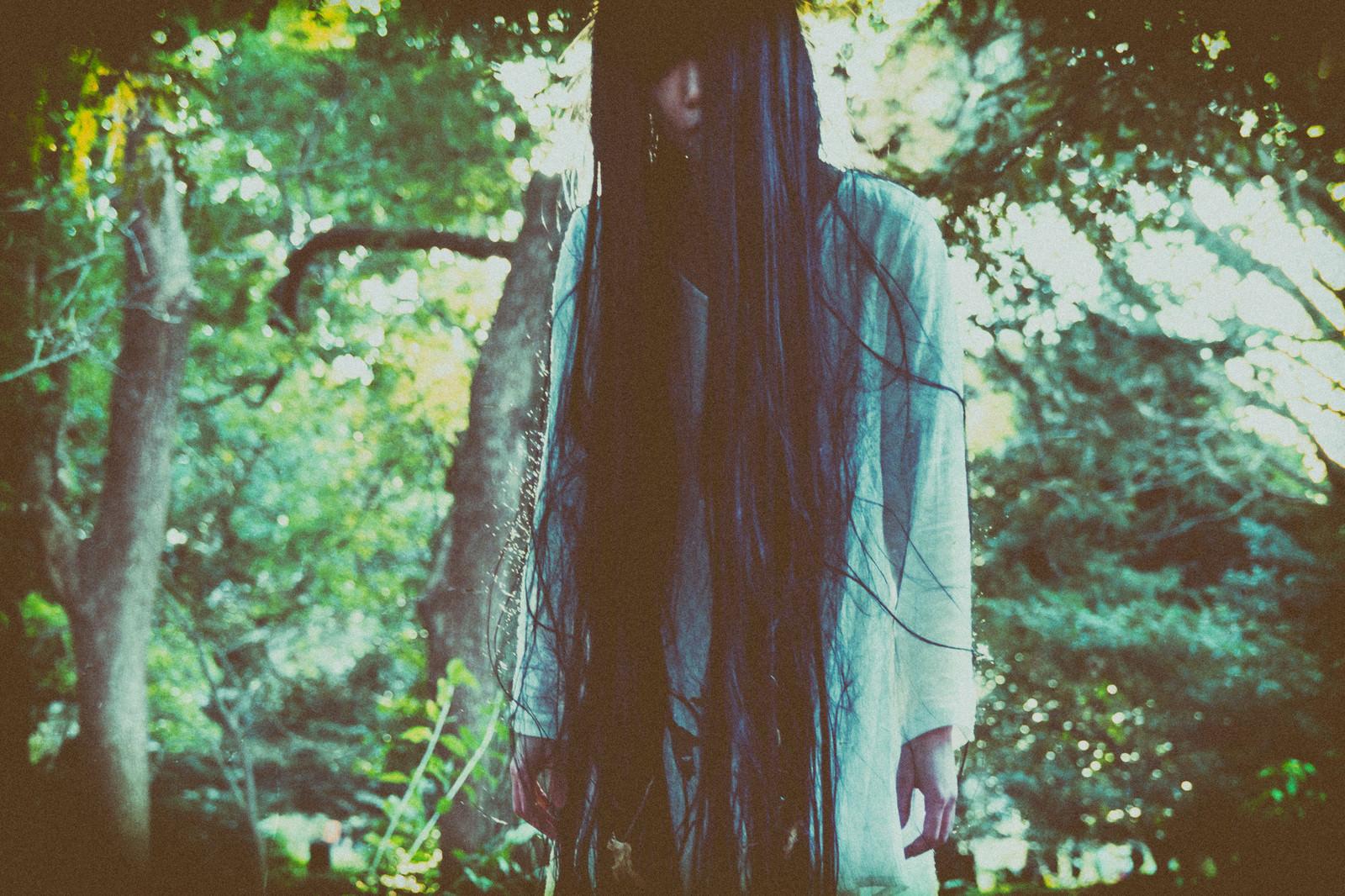 「不気味な森ガール」の写真[モデル:緋真煉]