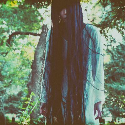 「不気味な森ガール」の写真素材