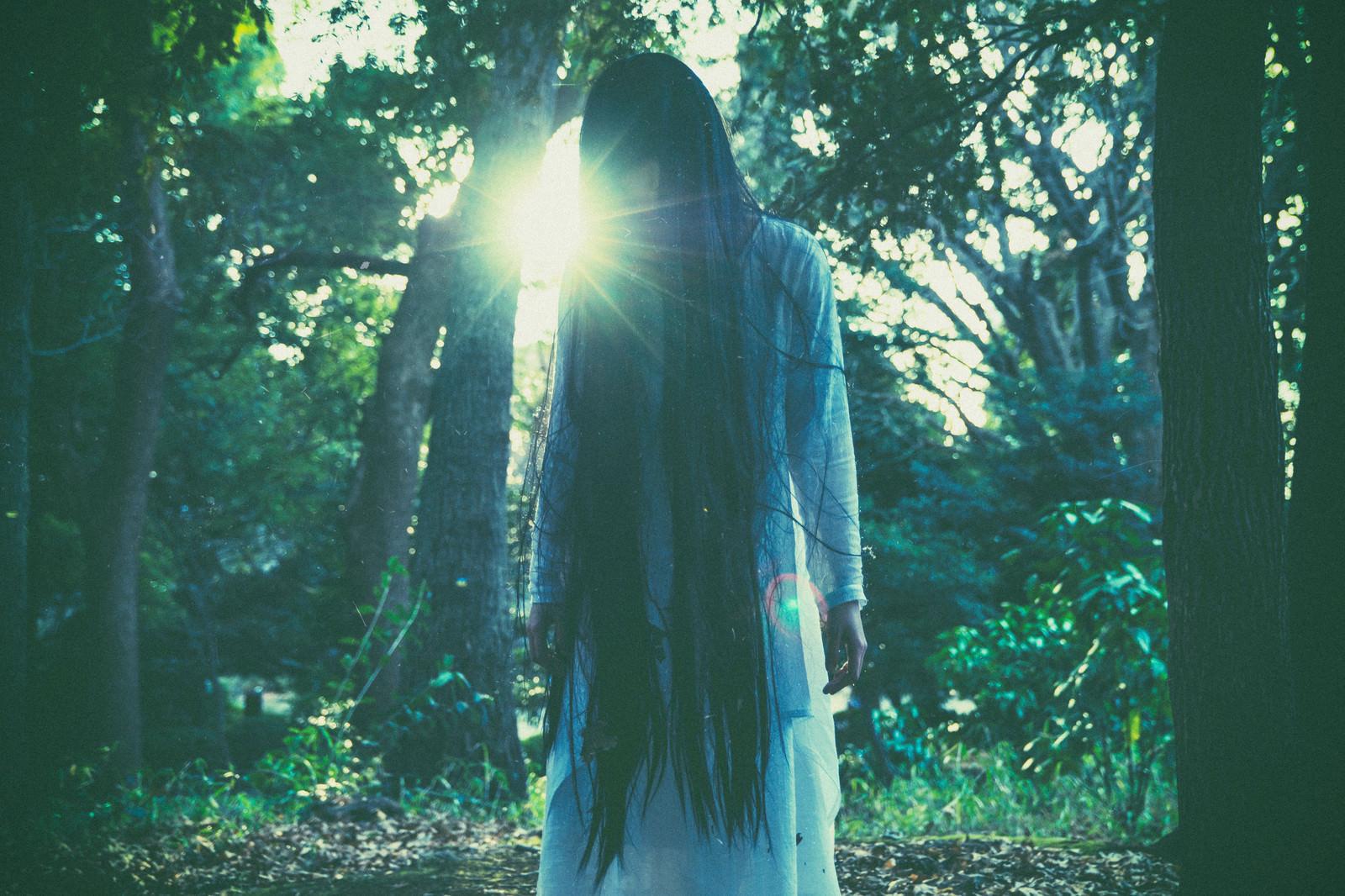 「白装束を着た女性霊の怨念」の写真[モデル:緋真煉]