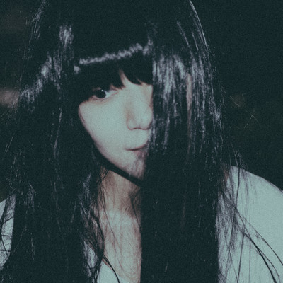 「虚ろな表情の女性」の写真素材