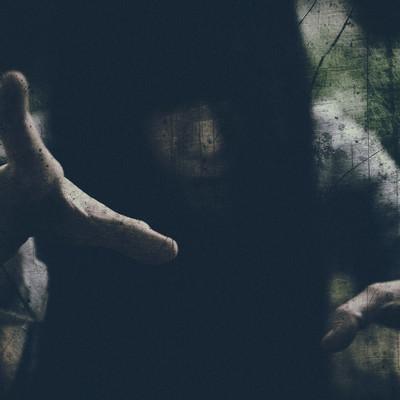 「呪いをかける」の写真素材