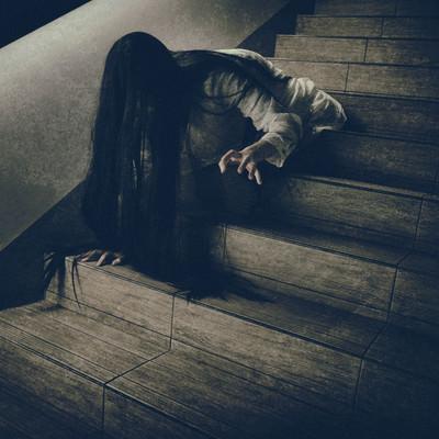 階段を下りるのに伸びた髪が邪魔になる女性の写真