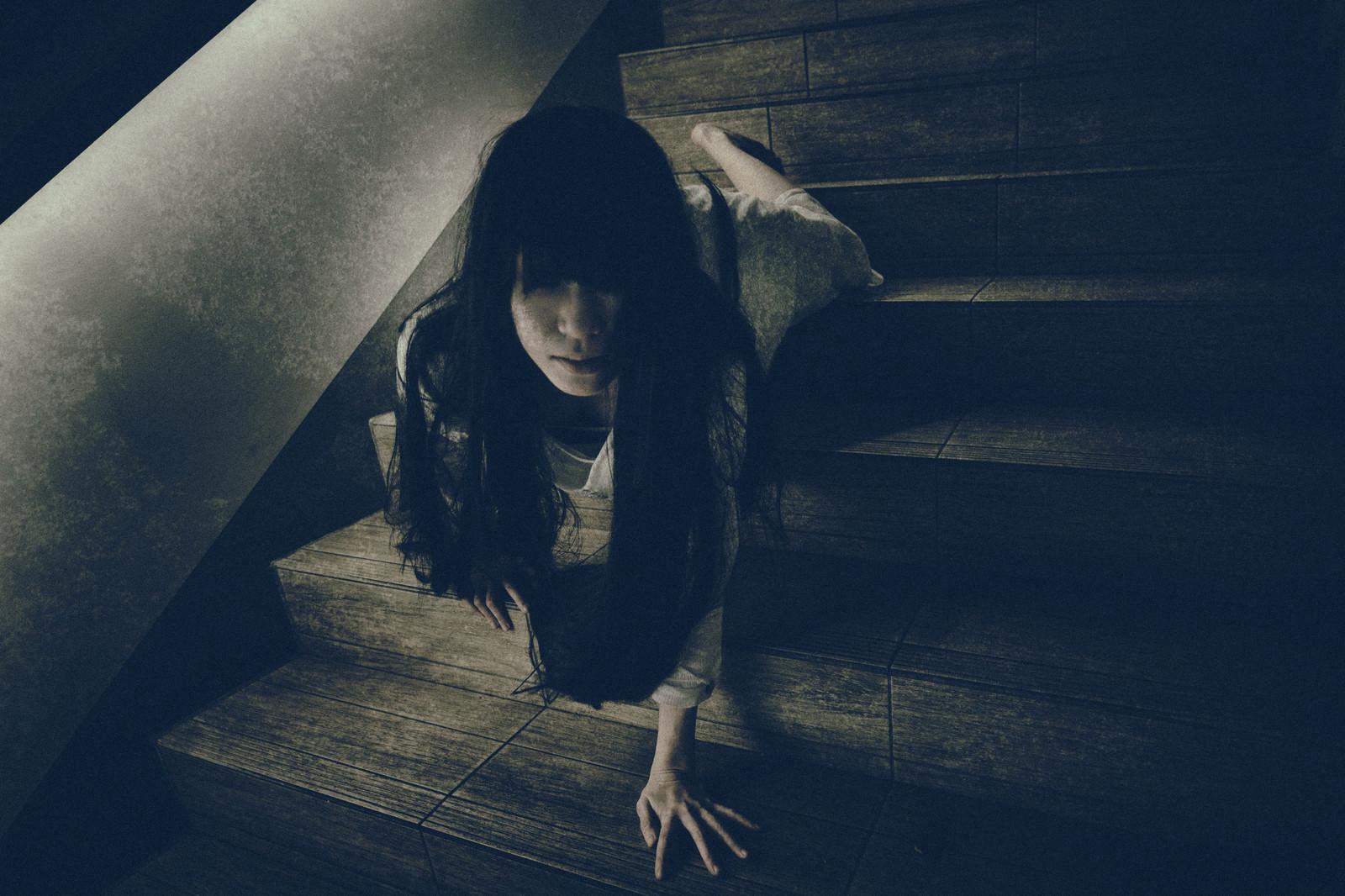 「這いながら階段を下りこちらに向かってくる女性」の写真[モデル:緋真煉]