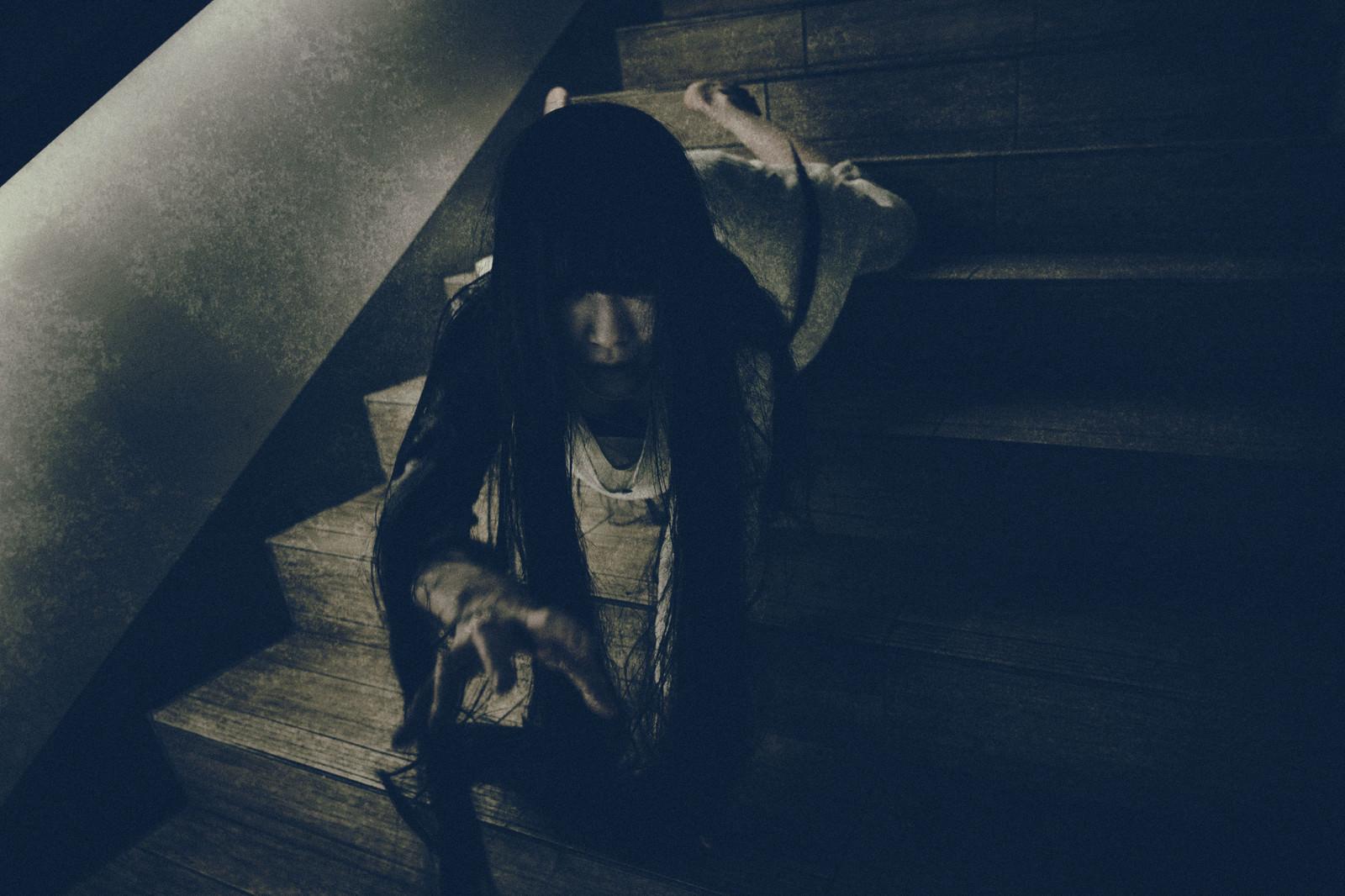 「階段を這い降りながらこちらに手を伸ばす女性 | 写真の無料素材・フリー素材 - ぱくたそ」の写真[モデル:緋真煉]