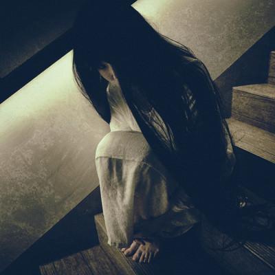 階段に蹲り恨めしそうに見上げる女性の写真