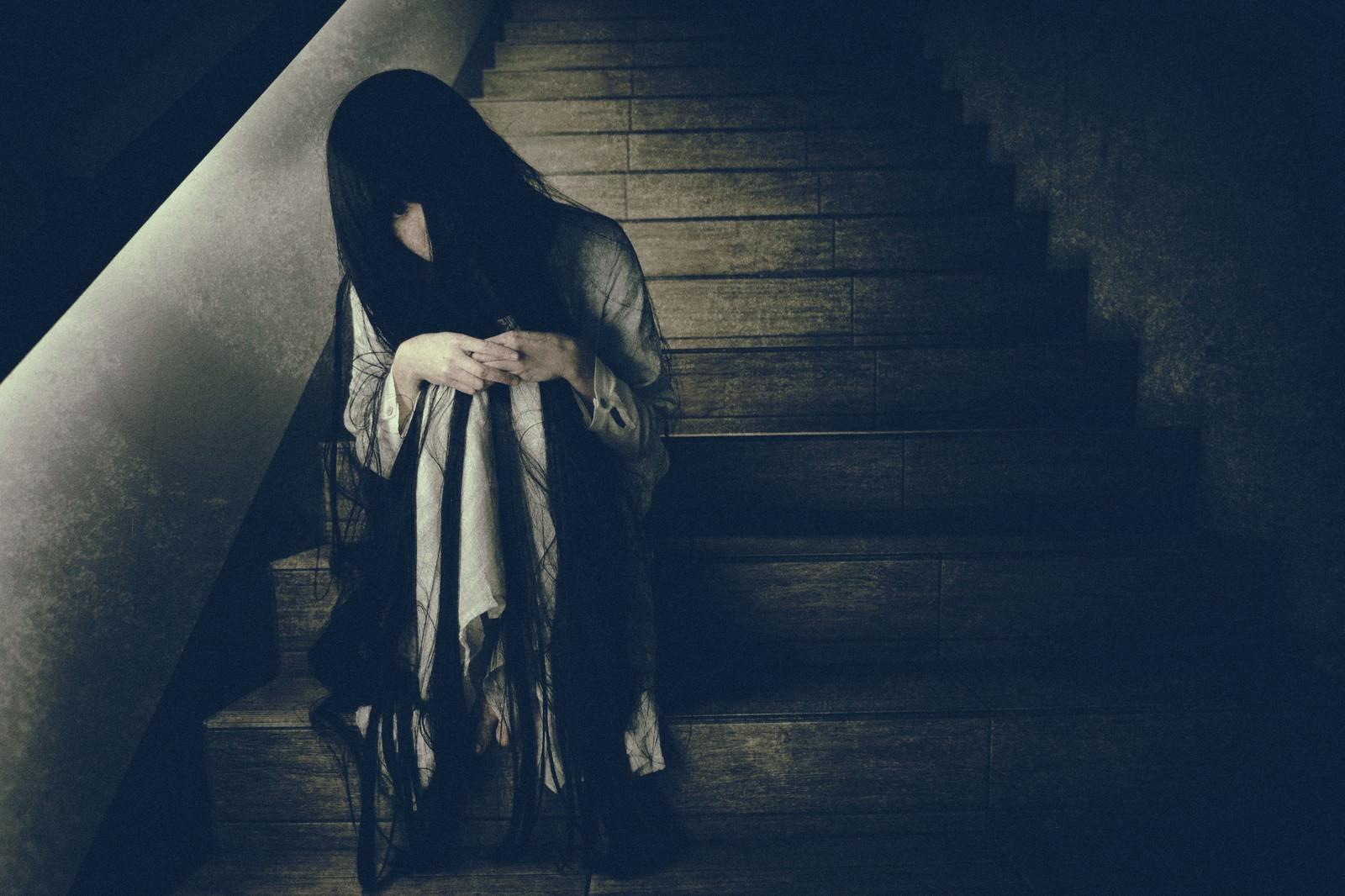 「終電を逃した不気味な女性」の写真[モデル:緋真煉]