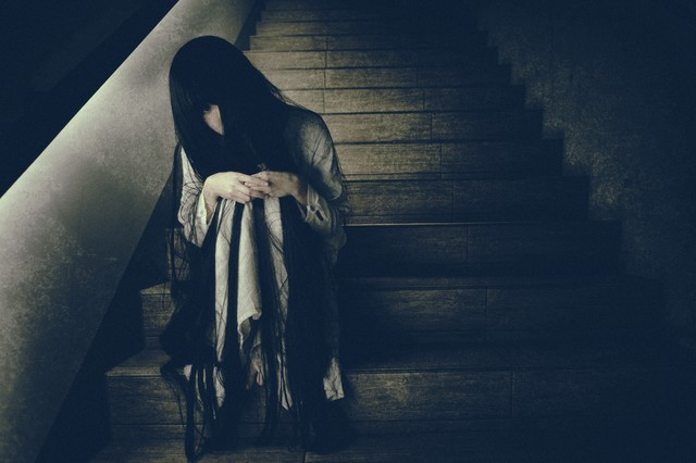 終電を逃した不気味な女性の写真