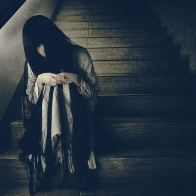 「終電を逃した不気味な女性」の写真素材