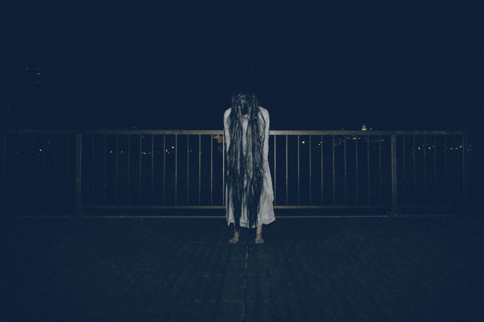 「真夜中の公園で裸足で佇む女性」の写真[モデル:緋真煉]