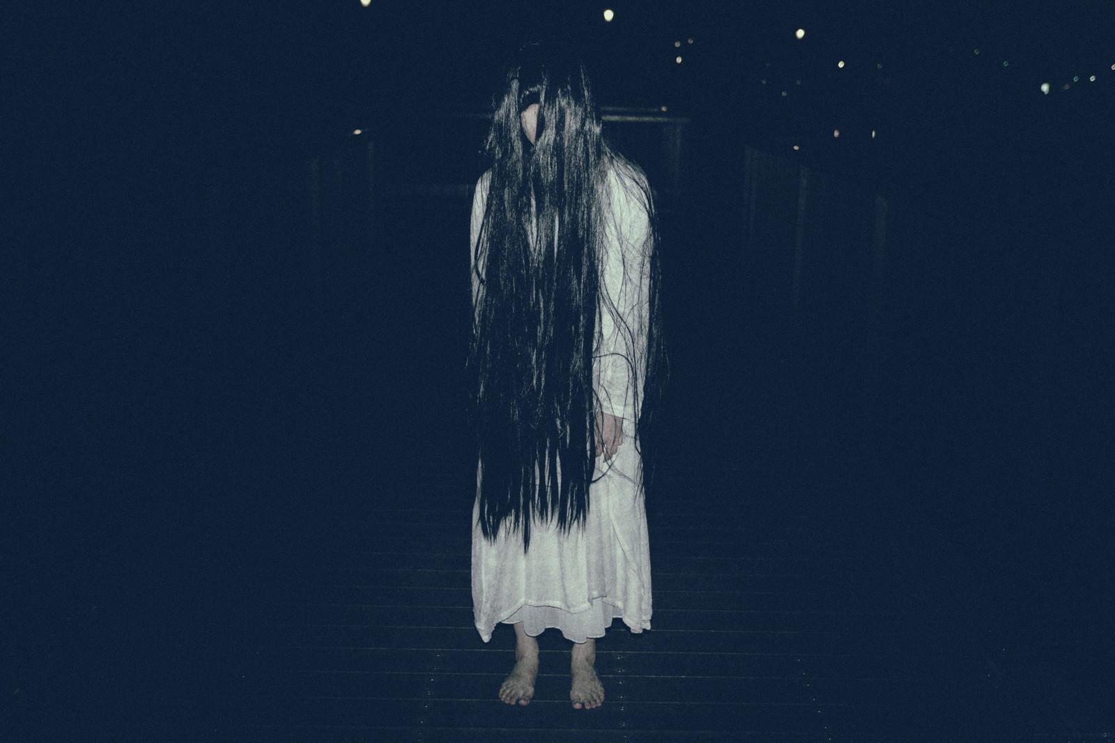 「真夜中に裸足で徘徊する女性」の写真[モデル:緋真煉]