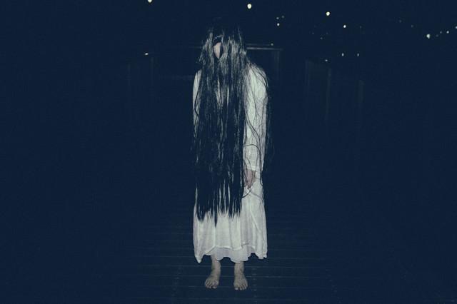 真夜中に裸足で徘徊する女性の写真