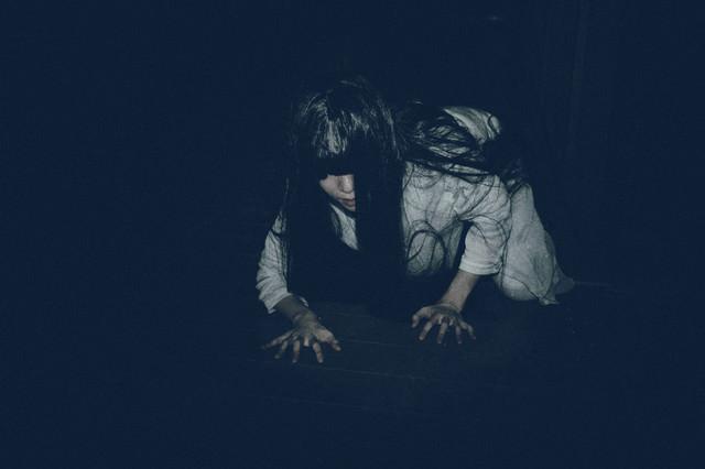 闇に潜む女性亡霊の写真