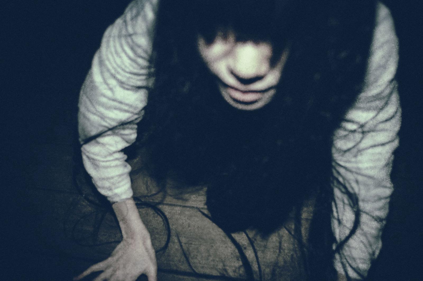 「急接近する髪の長い女性」の写真[モデル:緋真煉]