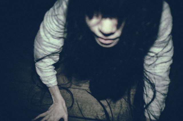 急接近する髪の長い女性の写真