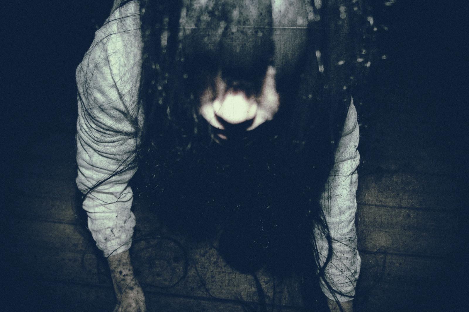「恐ろしい形相で見上げる女性」の写真[モデル:緋真煉]