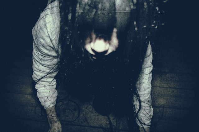 恐ろしい形相で見上げる女性の写真