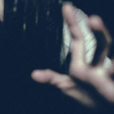 暗闇から現れ掴みかかろうとする女性の写真
