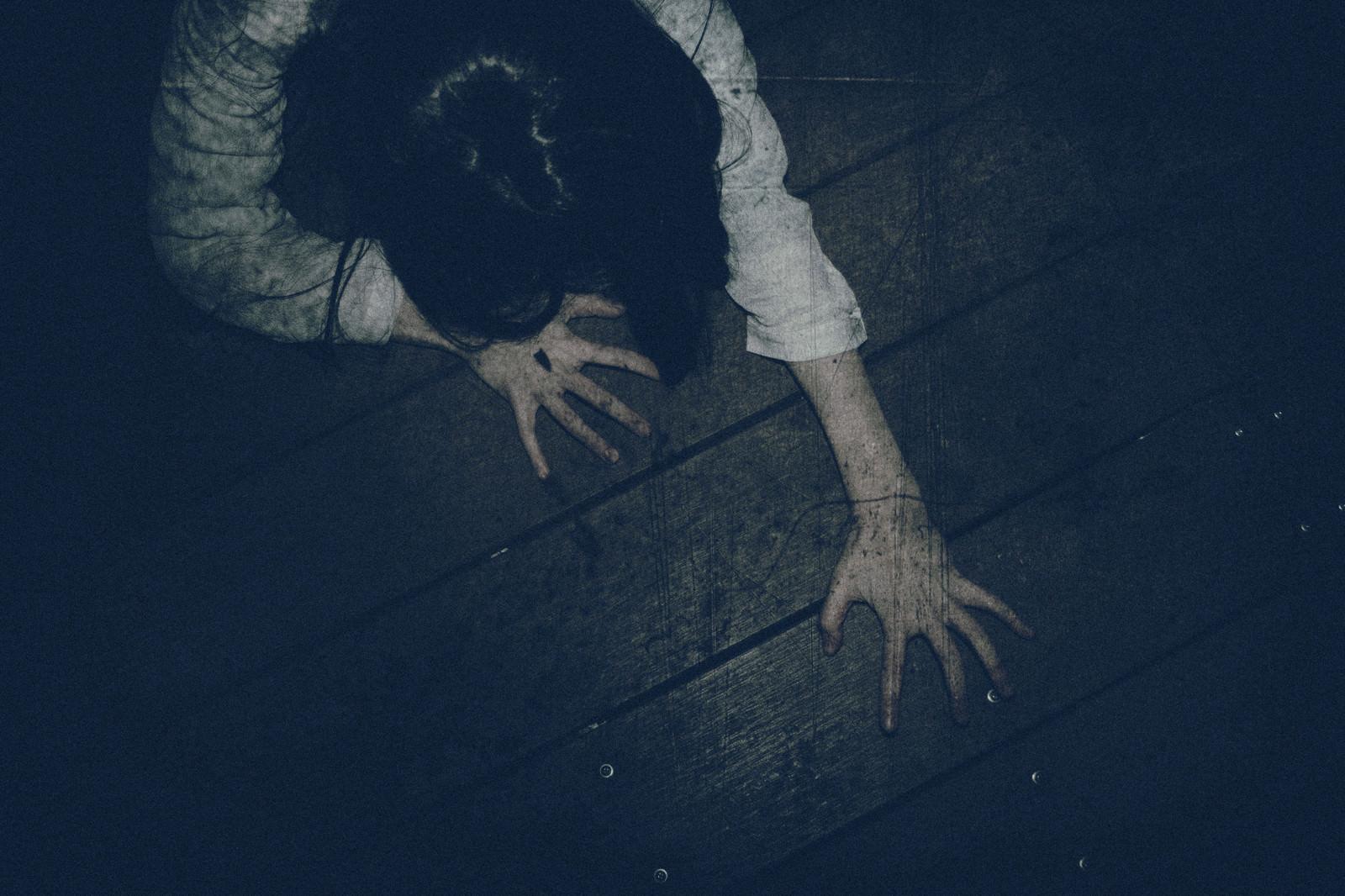 「爪を立てて這い蹲る女性」の写真[モデル:緋真煉]