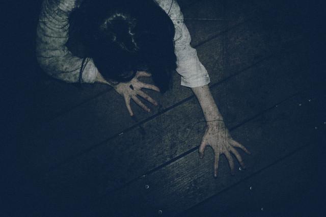 爪を立てて這い蹲る女性の写真