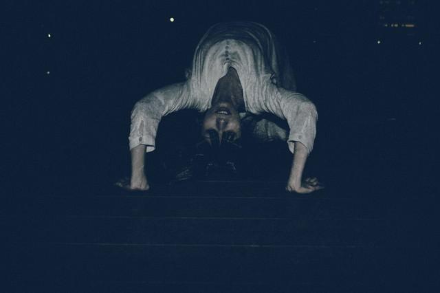 悪魔にとり憑かれ暗闇の中ブリッジで追いかけてくる女性の写真