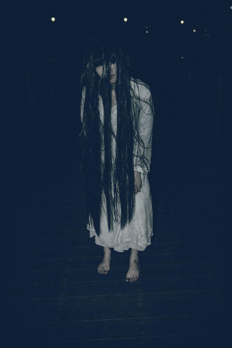 「長い髪を垂れ下げてこちらに近づく女性」の写真[モデル:緋真煉]