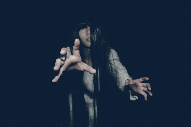 不気味に徘徊する女性に捕まれバッドエンド間近の写真