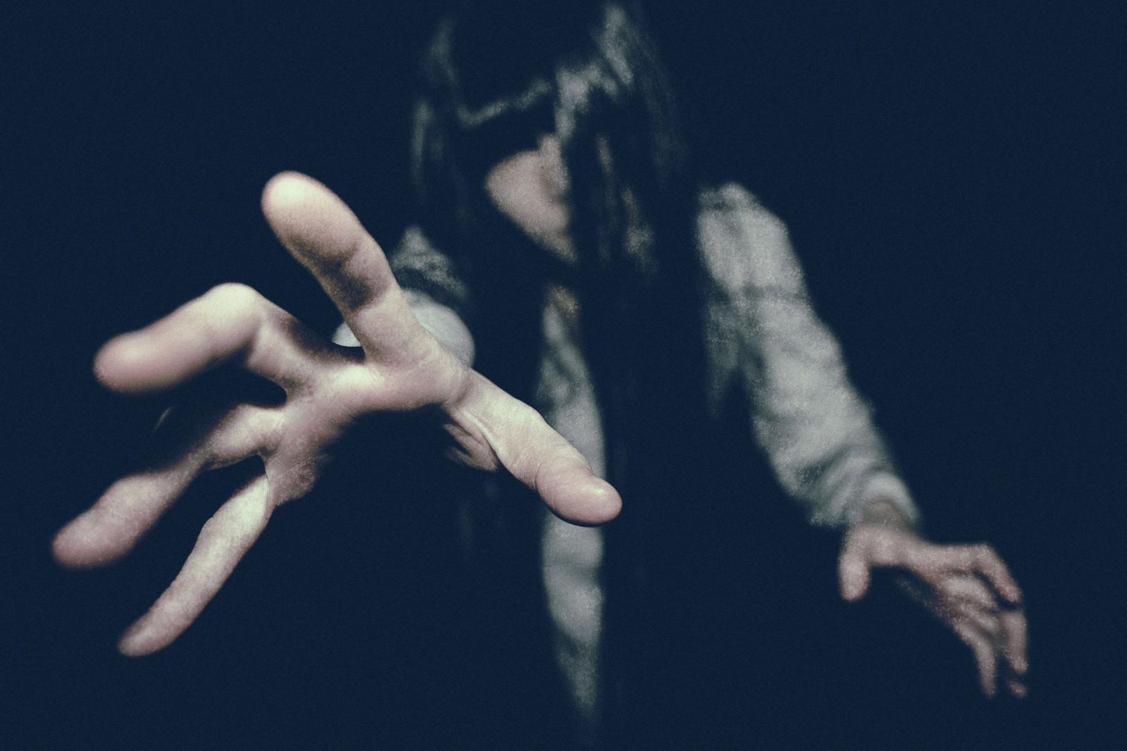 「未練を残し現世にしがみつこうとする亡霊」の写真[モデル:緋真煉]