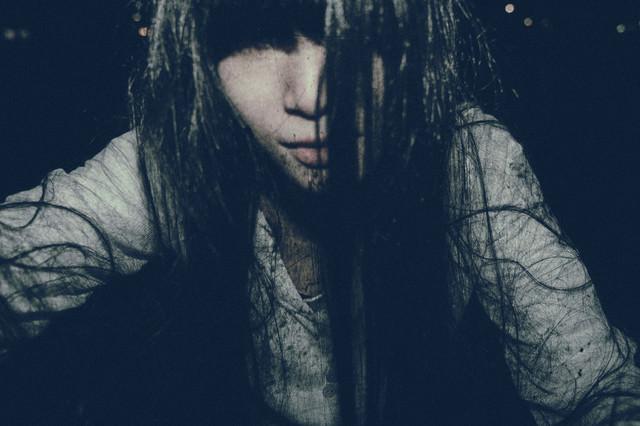 痛んだ髪に未練を残す女性の写真